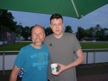 Falko Rohrbach verabschiedet Lennart Meyer (re) nach 4 Jahren erfolgreicher Tätigkeit beim VfL Bückeburg