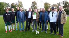 Verleihung NFV Urkunde in Gold für Wolfgang Kumpf durch Vizepräsident August-Wilhelm Winsmann