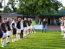 Der geehrte VfLér Wolfgang Keusch umrahmt von den Spielern der 1. Herrenmannschaft des VfL