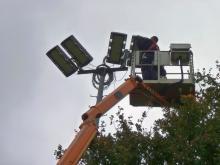 Installation der neuen LED-Lampen auf dem B-Platz der Kornmasch
