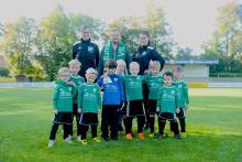 Die neu eingekleideten G-Junioren des VfL Bückeburg mit Trainerinnen Kirsten Porcello, Jennifer Katz und Sponsor Andreas Kratschke