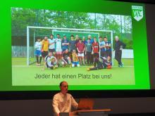 Vortrag zur Freizeitliga vom Herren-/Jugendkoordinator des VfL Tom Cross beim Markt der Möglichkeiten in WOB