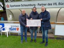 Übergabe des Spendenschecks an Wolfgang Keusch(VfL) durch Lutz Gräber von der Landeskirche im Beisein von VfL-Präsident Martin Brandt