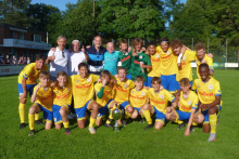 Sieger Eintracht Braunschweig mit Vertriebsleiter VGH S. Mogwitz, Turnierorganisator J. Rinne, VfL-Präsident  M. Brandt u. Leiter VGH-Bückeburg J. Everding