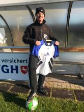 Freizeitligakoordinator Hubert Knodel zeigt eins der gespendeten Neschentrikots