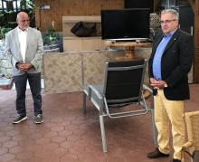Vizepräsident des NFV August-Wilhelm Winsmann(re) während der Laudatio zur Verleihung der NFV-Verdienstnadel in Gold an Fußballobmann Hans Hößler(li)