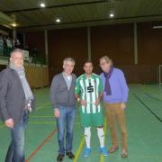 Übergabe des Siegerchecks an den Mannschaftsführer des VfL I (B. Buruk )
