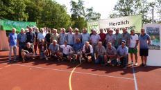 Ehemalige Spieler des VfL Bückeburg u, TuS Hess. Oldendorf bei der Ehrung von Torwartikone Klaus Engemann